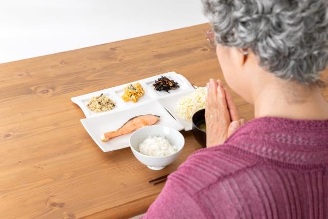 和食を食べる高齢者
