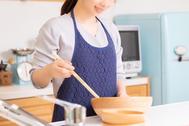 料理する女性
