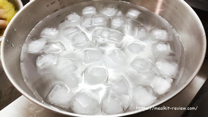 ボールに氷水を入れる